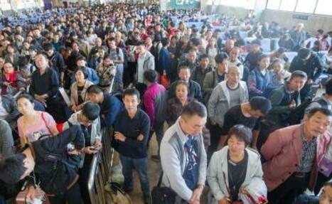 在火车站等候检票的旅客们