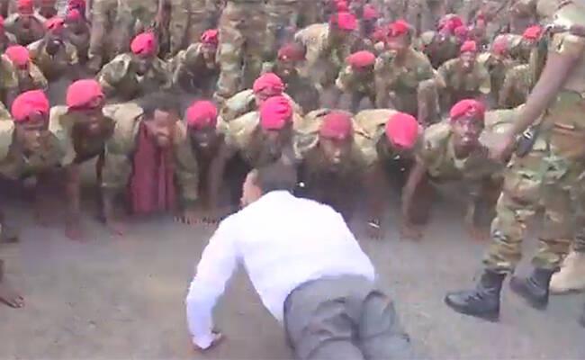 士兵抗议工资低 总理做俯卧撑化解