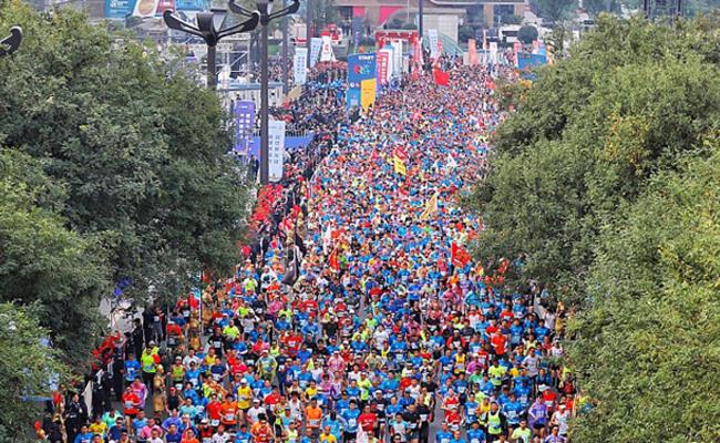 30000人参加的马拉松赛开跑
