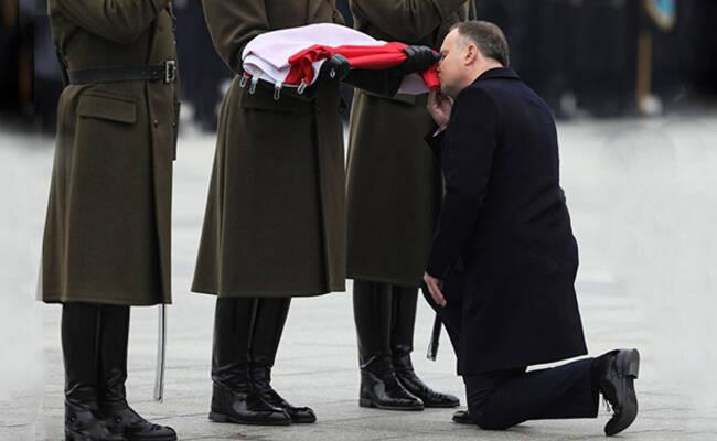 波兰总统跪地亲吻国旗