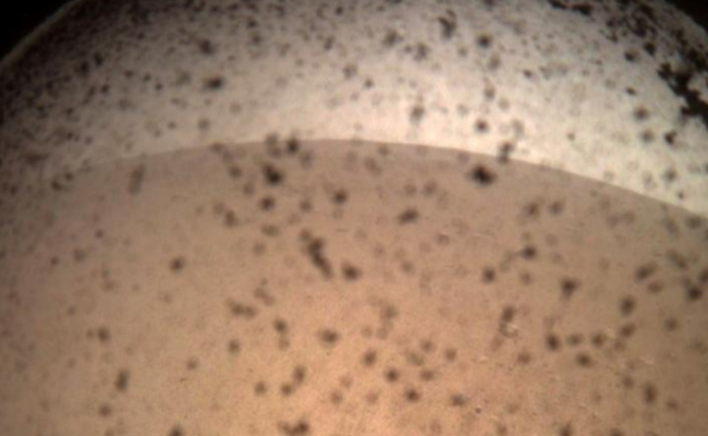 """""""洞察号""""登陆火星后传回的首张图像"""