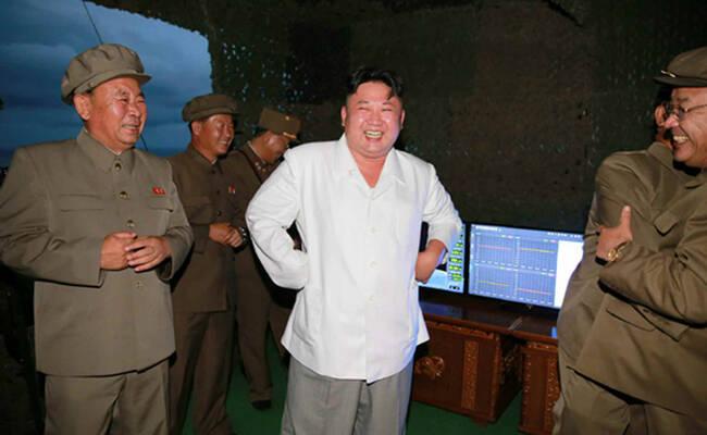 导弹发射后,金正恩欢跃、拥抱、抽烟……