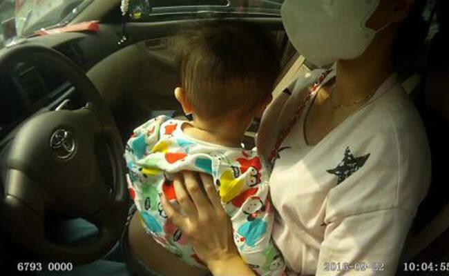 重庆一女子驾车时喂奶画面