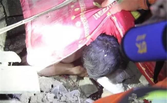 房屋倒塌4人被埋 废墟中父亲紧抱女儿