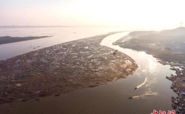 航拍大旱下的鄱阳湖:河床干涸渔船靠岸