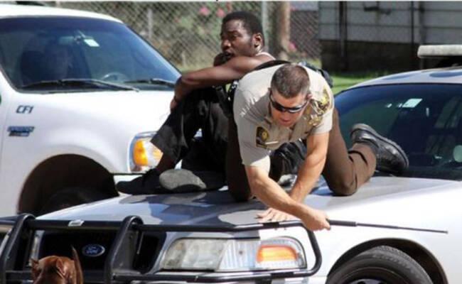加拿大警察这样救黑人