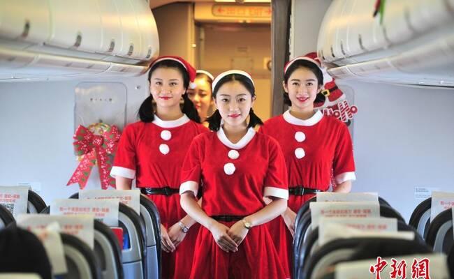 """空乘化身""""圣诞老人"""" 赠旅客少数民族玩偶"""