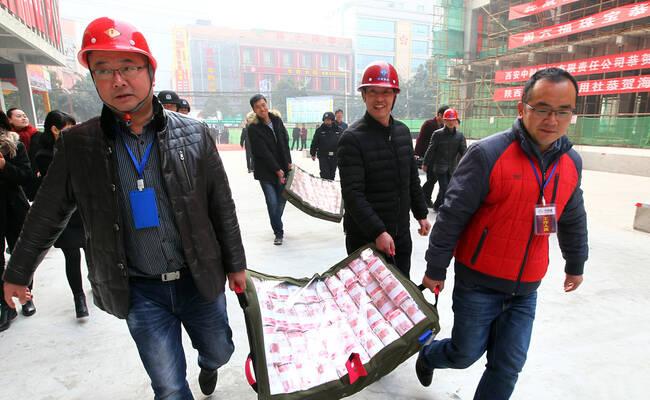 建设工地发放1200万工资现场