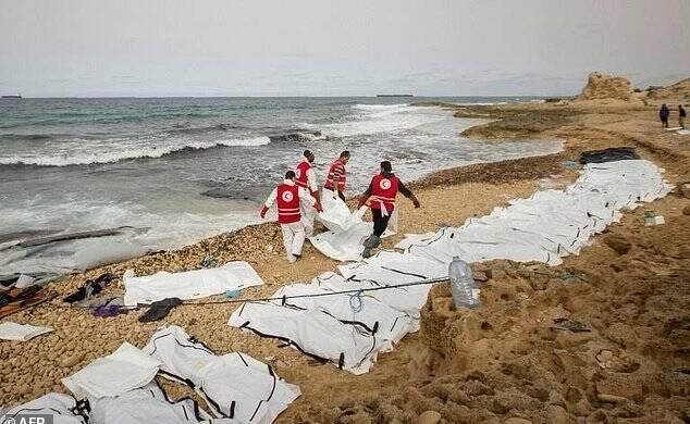 74具难民遗体被冲到利比亚海滩