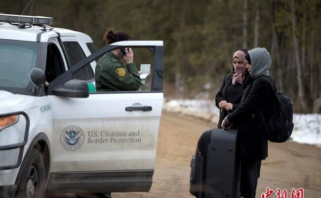 难民徒步由美国进入加拿大被拒 路边擦泪