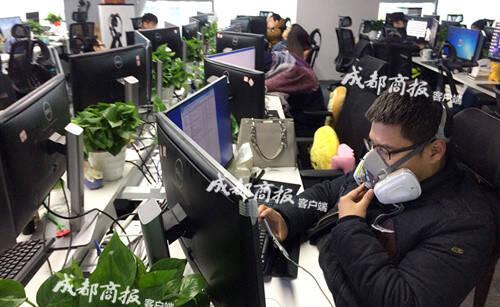 四川一科技公司员工戴防毒面具上班