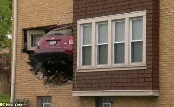 女司机凌晨驾车撞入别人家客厅一幕
