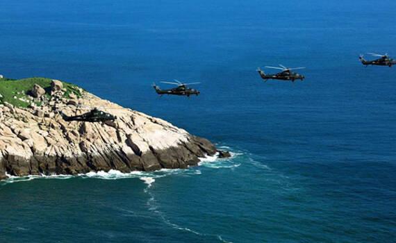 解放军武直10编队海上突防 低空掠过海岛犹如大片