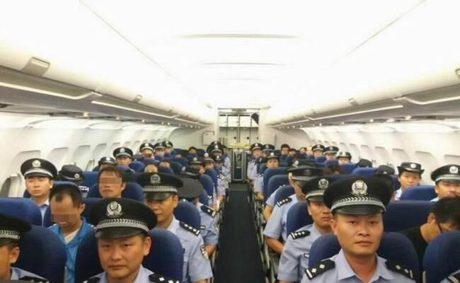 四川公安包机押17名通讯诈骗嫌犯回国
