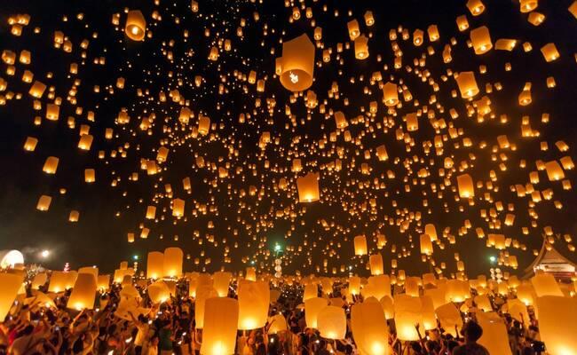 泰国清迈水灯节 万人一起放天灯
