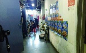 这栋外卖楼每天喂饱万人:21家店挤一起 抓菜全用手