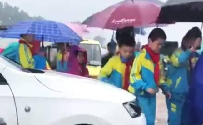 山东菏泽一学校门口,女司机顶着学生的腿蹭出一条路
