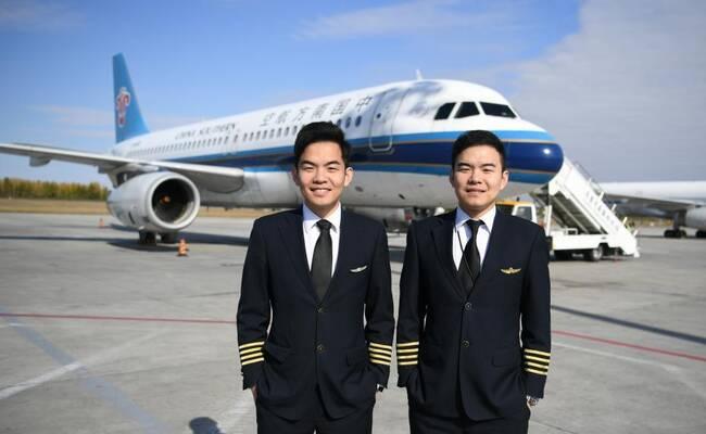 孪生兄弟自小立志当飞行员 长大后双双成为民航机长
