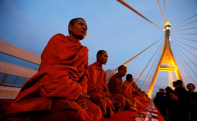泰国民众纪念普密蓬诞辰现场