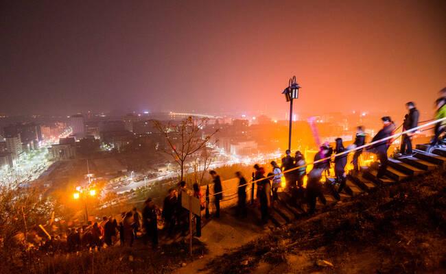 数万香客彻夜排队上山 抢烧三月三头柱香