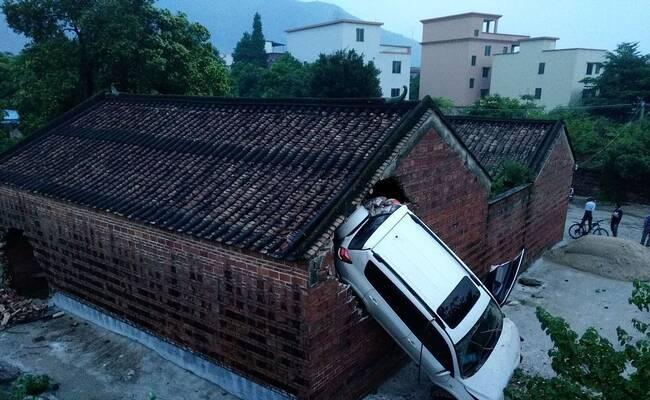 祠堂接连被飞车撞破大洞 村民:风水有问题