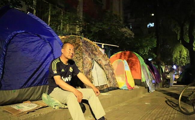为抢幼儿园名额 家长提前5天搭帐篷排队