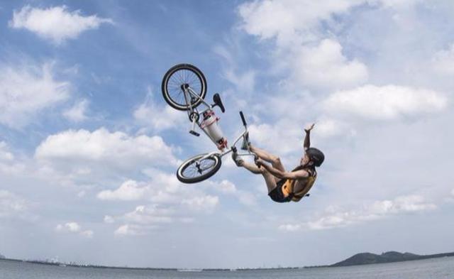 小轮车跳湖节丨现场图