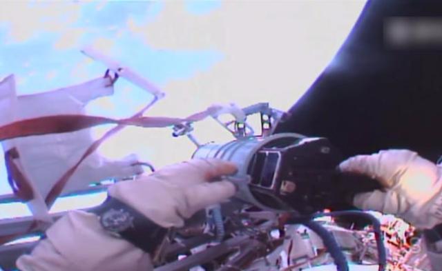 俄罗斯宇航员太空徒手释放卫星|组图