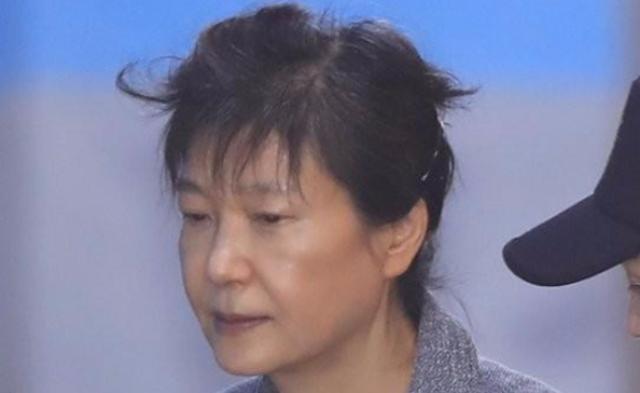 朴槿惠第56次出庭画面 头发随风凌乱丨组图