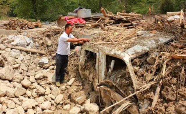 90后救18人 自家30万现金被泥石流冲走|组图