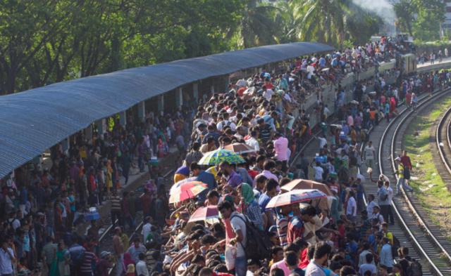 """宰牲节在即 孟加拉民众""""开挂""""搭火车返乡"""