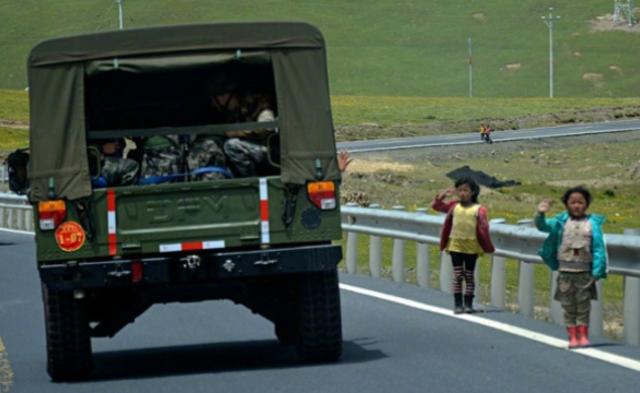 解放军某部赴高原驻训 沿途民众敬礼致意丨组图