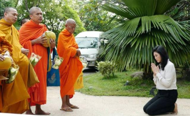 终极判决将至 英拉跪地布施僧侣丨组图