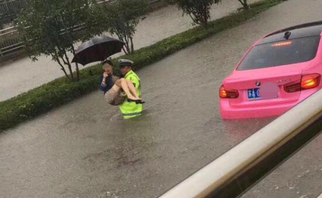 南京暴雨致内涝 警察抱出受困女车主丨现场图