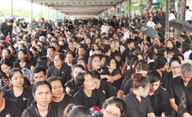 泰国皇宫外排的队越来越长了|组图