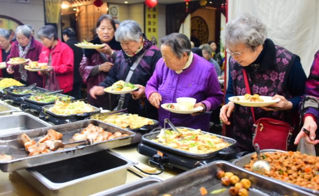 暖心饭店 为70岁以上老人免费提供自助餐|组图