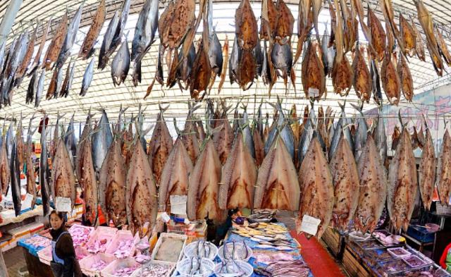 青岛鲅鱼晾晒季 空气弥漫花椒和鱼的鲜香|组图