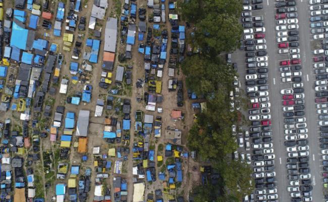 一墙之隔的平民窟与富人区