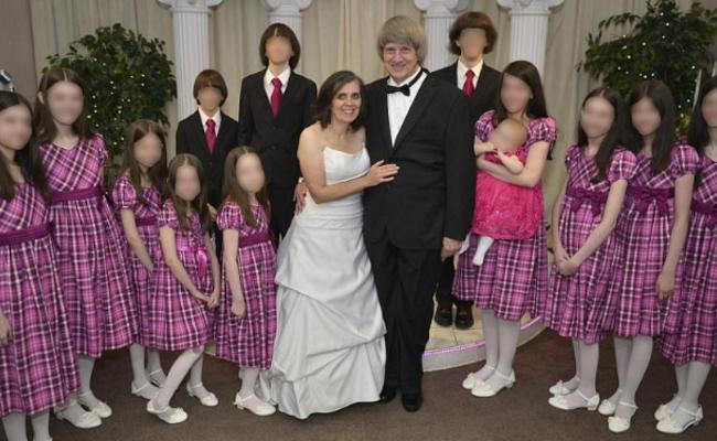 美国父母在家囚禁13儿女:合影和住宅曝光