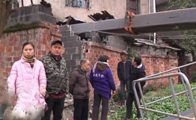 工地吊车吊臂倒下 砸烂十米远外民房