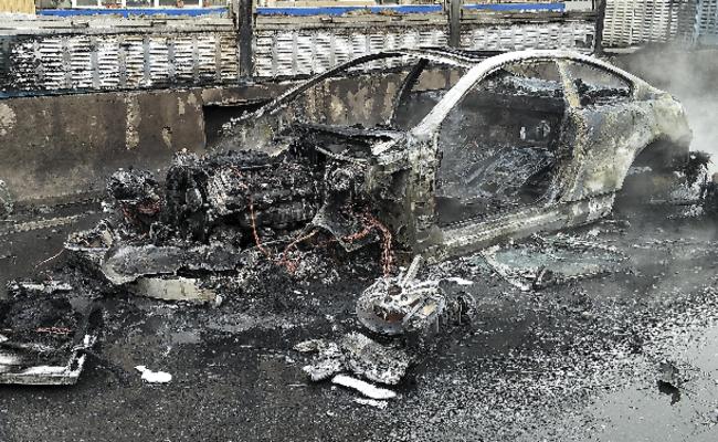 百万跑车自燃烧碎 司机:朋友的车