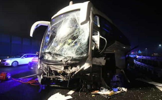 载35名中国游客大巴在意大利出车祸