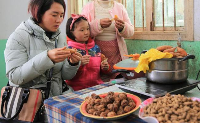 单亲妈妈带女儿卖红薯,3年攒下一套房