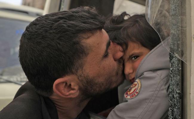 部分叙利亚平民撤离 与家人告别