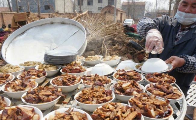 实拍河南农村婚宴 16个菜不足300元