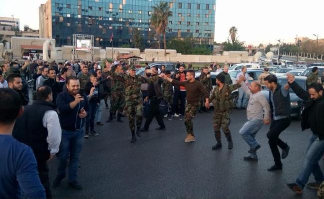 经历空袭之后 叙利亚民众广场上庆祝