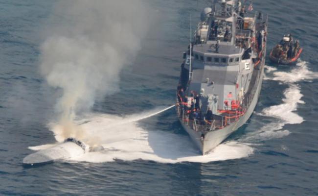美国多部门联合拦截运毒快艇现场