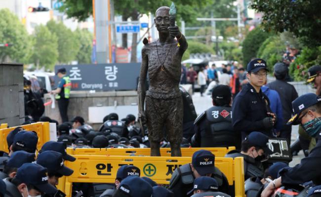 韩国团体将劳工像移至日领事馆前遭阻
