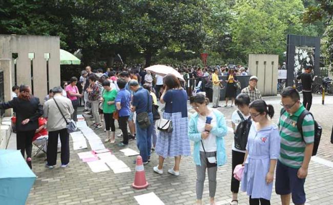 上海:相亲角已经摆到公园外了