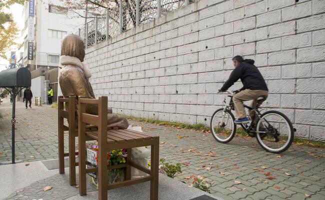 日本驻韩国釜山使馆前 慰安妇雕像戴上了围巾